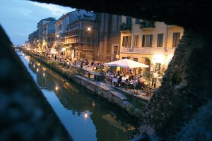 JUN 2004 MILAN : QUARTIERE TICINESE; DURANTE I MESI ESTIVI ALLA SERA, LE STRADE LUNGO I NAVIGLI VENGONO CHIUSE E SI TRASFORMANO IN ISOLA PEDONALE. LA VISTA DEL NAVIGLIO GRANDE E L'ALZAIA DAL PONTE ALL'ALTEZZA DI VIA CORSICO. © CARLO CERCHIOLI / GRAZIA NERI